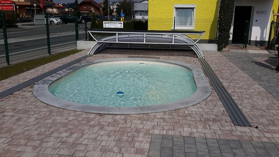 Cranpool Cabriodom Perfekt in Oberalm. Die Abdeckung ist geöffnet und überdacht ein Schwimmbecken Miami von Cranpool.
