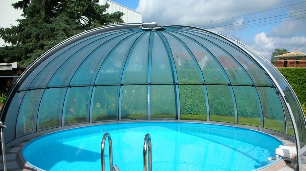 Rundhallen sind die ideale Ganzjahresabdeckung von runden Schwimmbecken. Das Bild zeigt eine geöffnete Rundhalle.