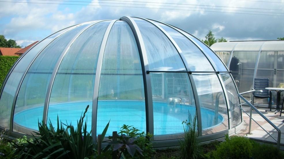 Cranpool Rundhallen sind eine ideale Ganzjahresabdeckung von runden Schwimmbecken. Die Rundhalle ist auf diesem Bild geschlossen.