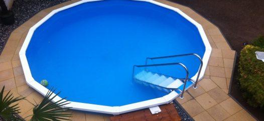 Auf dem Bild sieht man ein Schwimmbecken Royal. Die Treppe die bei diesem Schwimmbecken verwendet wird ist zum nachtäglichen Einbau gedacht. Sie erleichtert den Einstieg ins Schwimmbecken enorm.