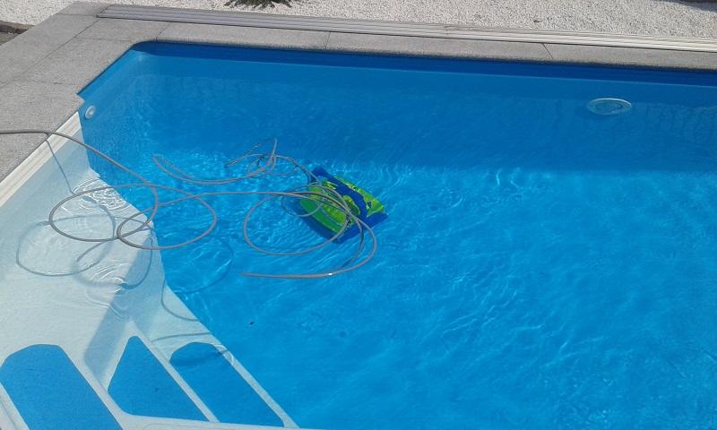 Bodensauger Aquabot Bravo Top in einem Ozeanbecken im Cranpool Center Wels.