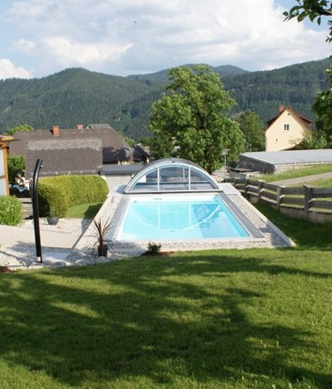 Heimwerker-Schwimmbecken Cranthermo mit Cabriodom Klassik wurde optimal in das Grundstück integriert.