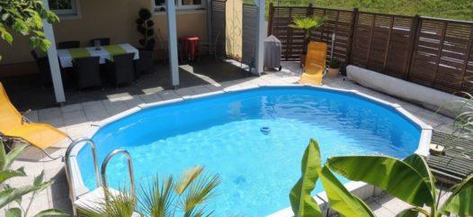Das Stahlwand-Becken Sun Remo überzeugt durch seine hohe Qualtiät und findet in jedem Garten Platz. Sowohl wie hier in ovaler Form und als Einbaubecken ist es auch in runder Form und als Aufstellbecken erhältlich.
