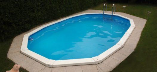 Das Stahlwand-Schwimmbecken Riva hat in jedem kleinen Garten platz. Ob eingebaut wie hier oder freistehend mit diesem Stahlwandbecken ist alles möglich. Überzeugen Sie sich selbst von der hohen Qualität bei Cranpool.