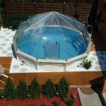 Hier zu sehen, ein Stahlwand-Schwimmbecken Riva in runder Form mit Sonnendom. Dieses Pool wurde zur Hälfte in die Erde versenkt.