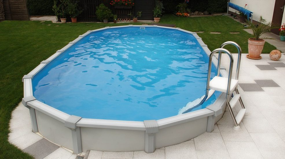 Das Stahlwand Becken Sun Remo von Cranpool ist als Aufstellbecken und Einbaubecken in runder und ovaler Form erhältlich. Auf diesem Bild wurde das ovale Schwimmbecken halb versenkt.