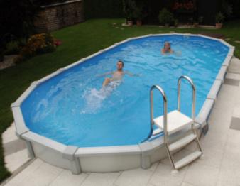 ein ovales Schwimmbecken in einem Garten. In dem Cranpool Pool sine zwei junge menschen, welche den Pool genießen