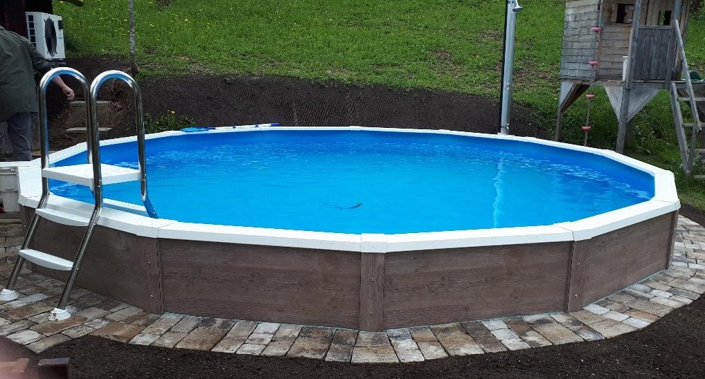 Das Schwimmbecken Grand Royal von Cranpool mit einer Holz Verkleidung